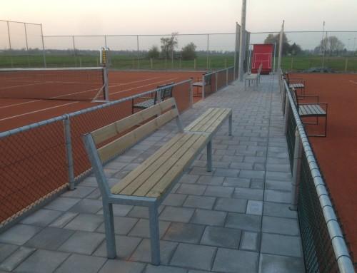 Tuinbanken op tennisbaan